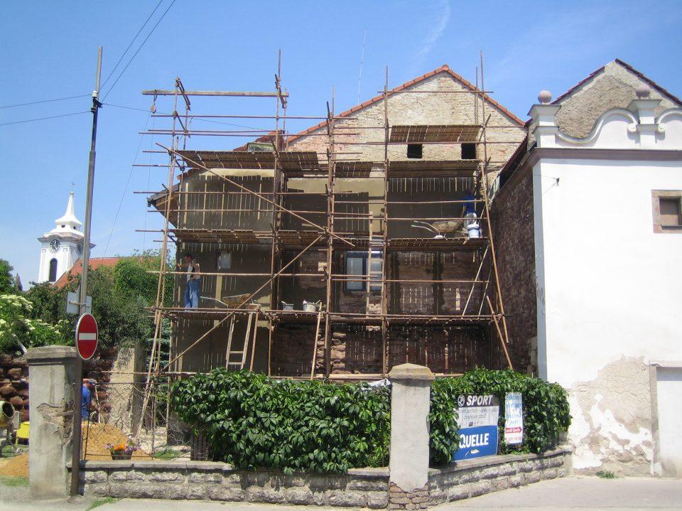 Oprava fasády domu v Českém Brodě 2006